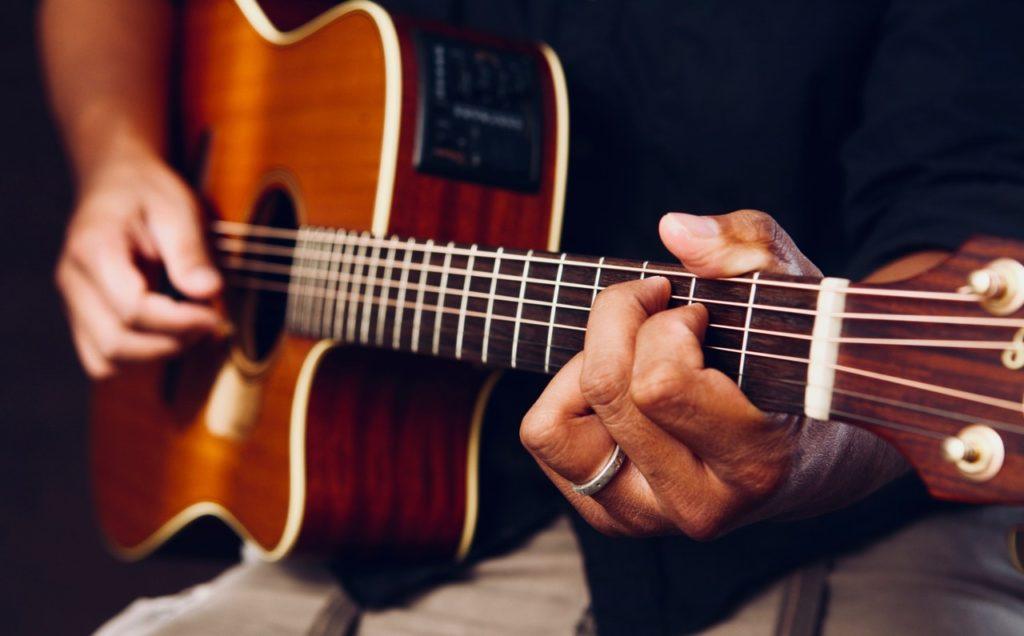 5 Bước học cách đánh đàn Guitar cơ bản cùng Unica