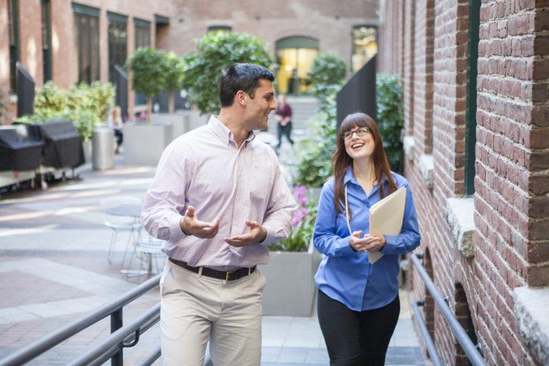 4 Cách bắt chuyện với người lạ