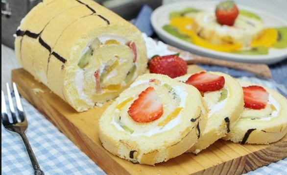 Bật mí cách làm bánh bông lan cuộn kem trái cây tươi đơn giản tại nhà