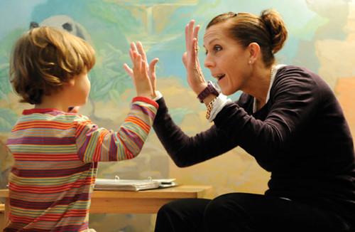 Dạy trẻ tự kỷ như thế nào để nhanh khỏi bệnh?