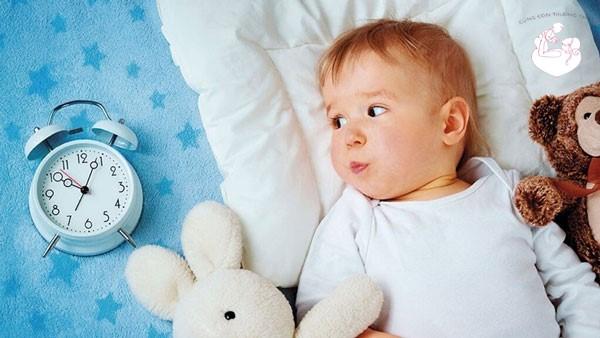 Giải đáp: Trẻ sơ sinh ngủ ngày thức đêm phải làm sao?