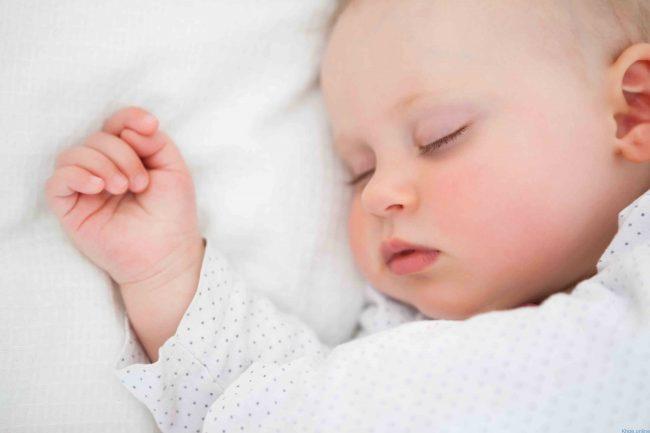 Trẻ sơ sinh ngủ ít có sao không? Cần làm gì khi trẻ ngủ không đủ giấc?