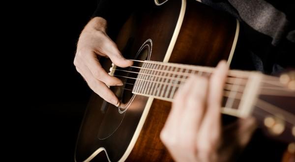 Top 2 khóa học đàn guitar online, nên hay không nên?